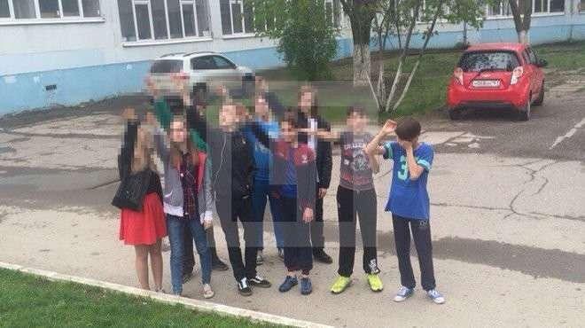 Ростовские школьники решили поздравить Гитлера с днем рождения: фото «зигующих» учеников попало в Сеть