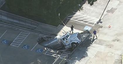 В Хьюстоне грузовик проломил асфальт на парковке и ушёл под землю