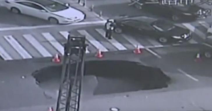 В Китае полицейский спас водителей, вовремя заметив трещины на дороге