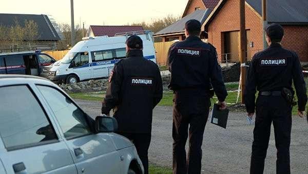 Сотрудники правоохранительных органов на улице поселка Ивашовка Сызранского района Самарской области