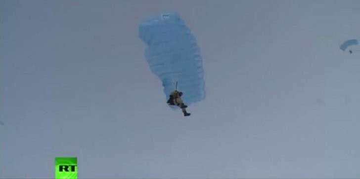 В Арктике впервые прошли соревнования по точности приземления с парашютом