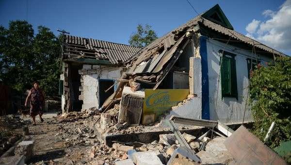 Последствия обстрела города Амвросиевки Донецкой области. Архивное фото