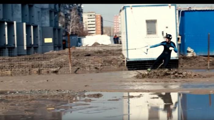 Жители Челябинска настолько суровы, что катаются на вейкборде по грязи