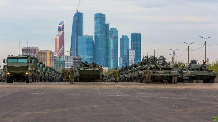 Остатки недобитых войск Путина на фоне московских развалин