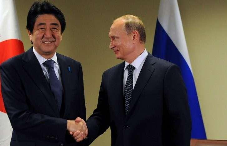 Японский премьер просит Владимира Путина посетить Японию