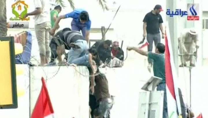 Из-за ворвавшихся в парламент демонстрантов в Багдаде ввели режим ЧП