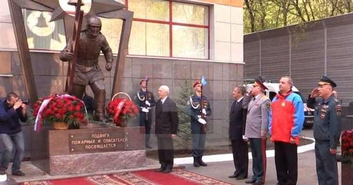 Глава МЧС наряду со спасателями сдавал средства на памятник пожарным