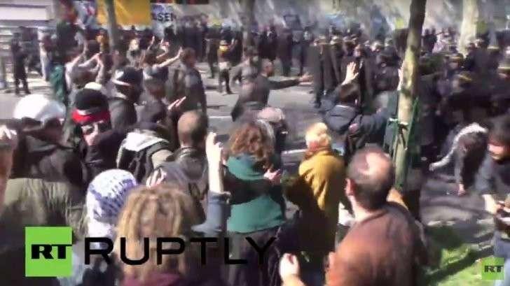 Столкновения народа с полицией в Париже — прямая трансляция