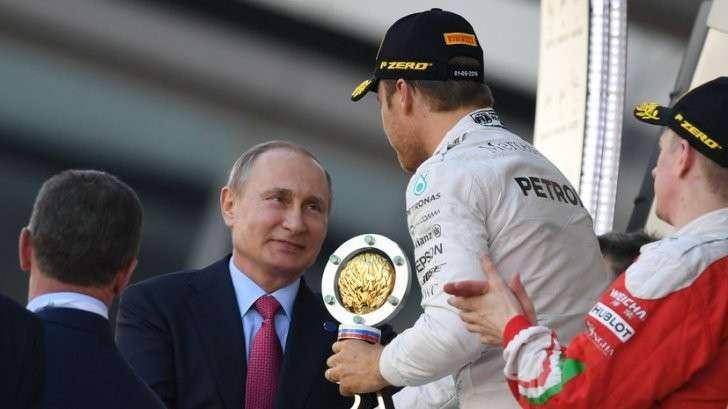 Формула-1 в Сочи Владимир Путин вручил кубок победителю Гран-при России Нико Росбергу