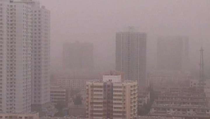Песчаная буря накрыла Китай: отменены десятки рейсов