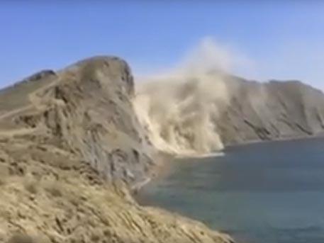 Очевидец снял на видео, как в Коктебеле мыс обрушился в море
