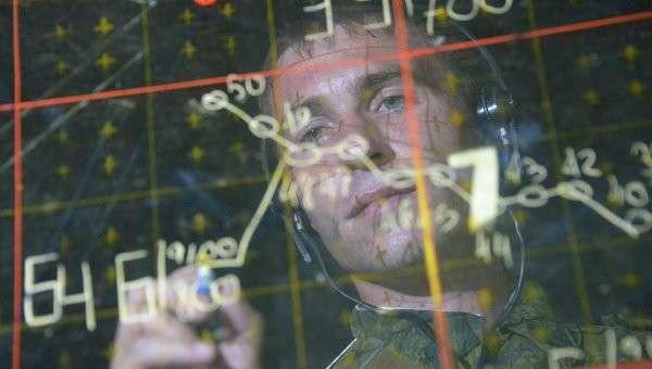 Военнослужащий в командном пункте центра боевого применения во время учений ПВО и ВВС на полигоне Ашулук. Архивное фото