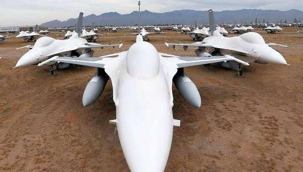 Американские многофункциональные лёгкие истребители F-16. Архивное фото