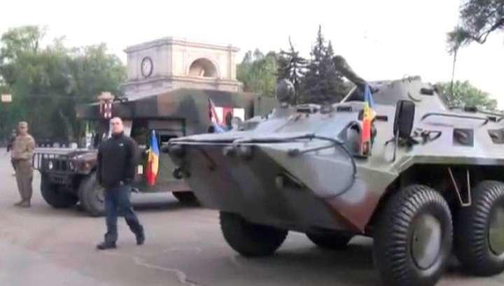 Бронетехника НАТО ушла из Кишинёва с георгиевскими ленточками