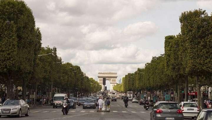Власти Парижа перекрыли движение по Елисейским полям из-за смога