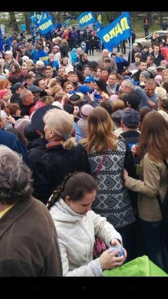 ЛДПР в Томске кидали в толпу сгущёнку, кепки, ношеное исподнее и кости для супа