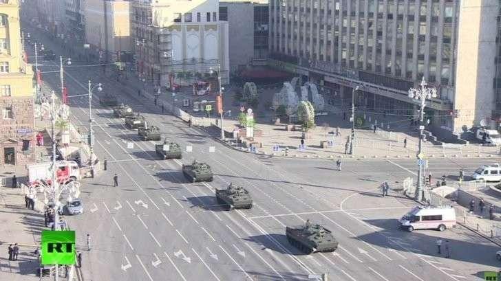 Техника движется по Тверской улице Москвы для участия в параде — прямая трансляция