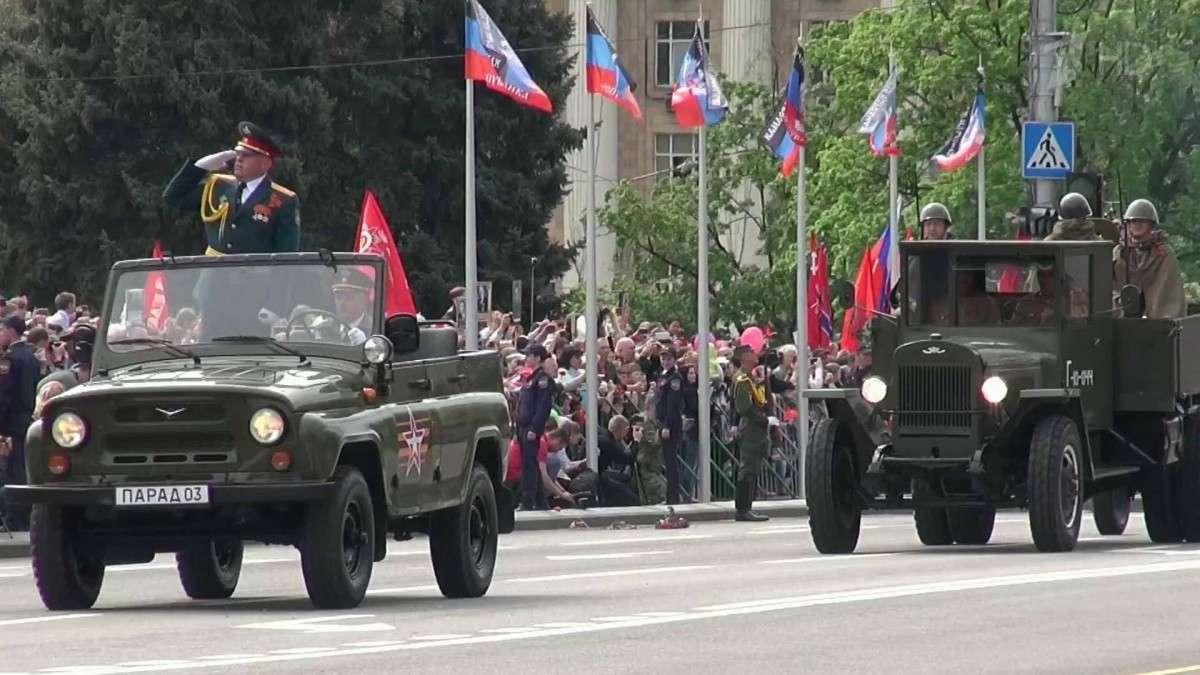 В Донецке на параде присутствовали несколько десятков тысяч человек