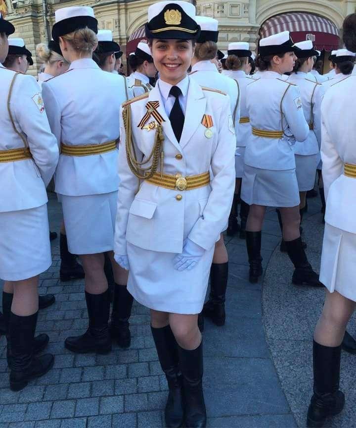 Главным оружием на параде 9 Мая стала путинская «армия в мини-юбках»