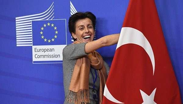 Флаг Турции в здании Еврокомиссии в Брюсселе, Бельгия