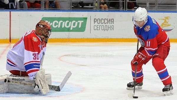 Президент России Владимир Путин (справа) в гала-матче турнира Ночной хоккейной лиги между командами Звёзды НХЛ и Сборная НХЛ в ледовом дворце Большой в Сочи