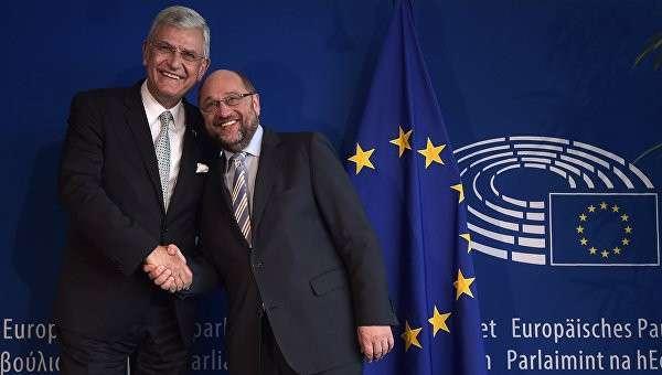 Председатель Европейского парламента Мартин Шульц и министр Турции по делам Евросоюза Волкан Бозкыр во время совместной встречи в Страсбурге