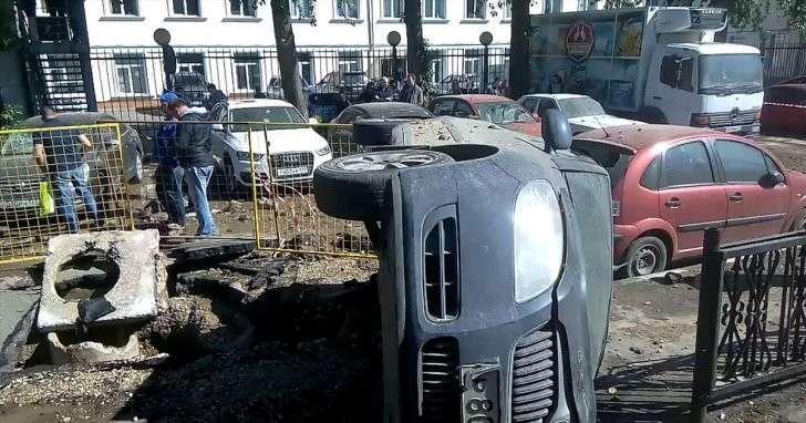 Мощная струя воды из трубы перевернула иномарку в Москве