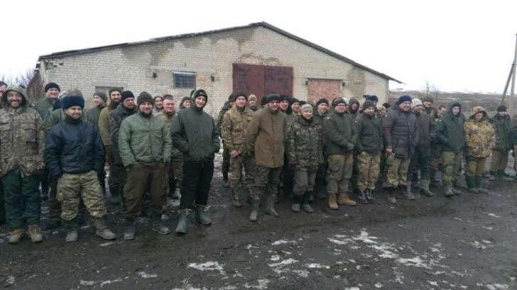 Украинские каратели воруют, пьют и дерутся