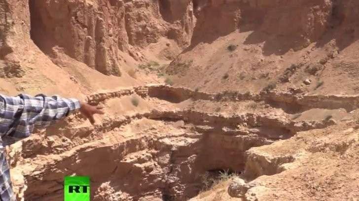 Корреспондент RT увидел место захоронения тысяч жертв террористов ИГИЛ