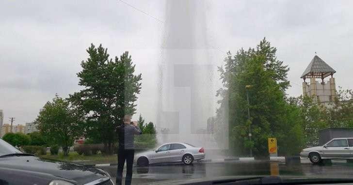 Десятиметровый фонтан бьёт из-под земли на юго-востоке Москвы