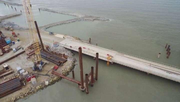 Крымский мост шагнул в море: началось сооружение опор с западной стороны острова Тузла