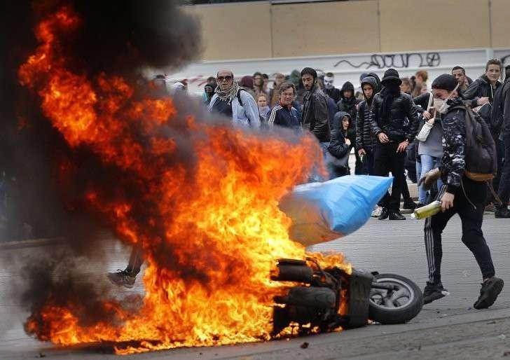 Слезоточивый газ и десятки тысяч протестующих: Париж снова вышел на митинги
