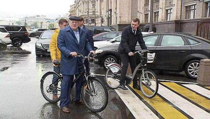 Депутаты ЛДПР приехали на работу на велосипедах и роликах