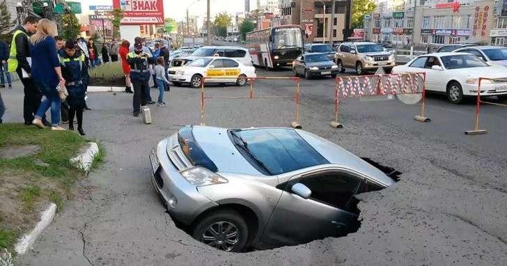 В центре Барнаула машина провалилась под асфальт