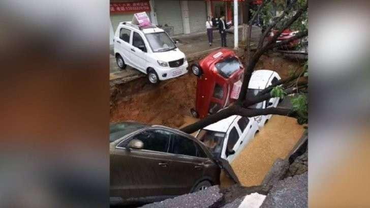 В Китае четыре автомобиля и дерево разом провалились под землю