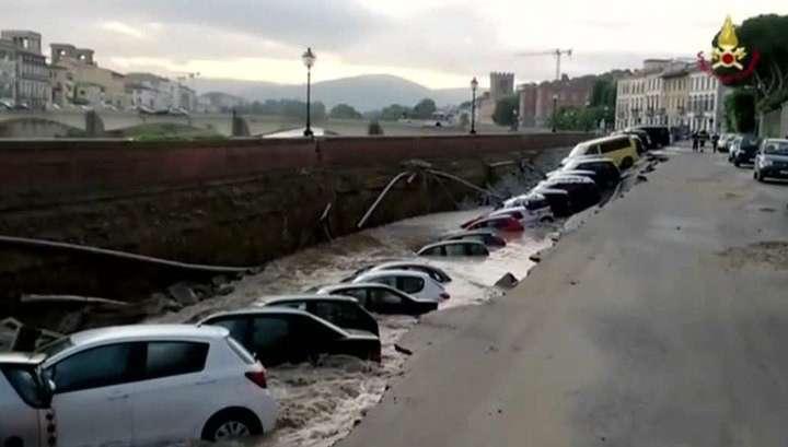 Десятки автомобилей провалились в 200-метровую яму во Флоренции