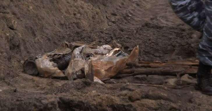 На севере Москвы дорожные рабочие нашли схрон с автоматами и гранатомётами
