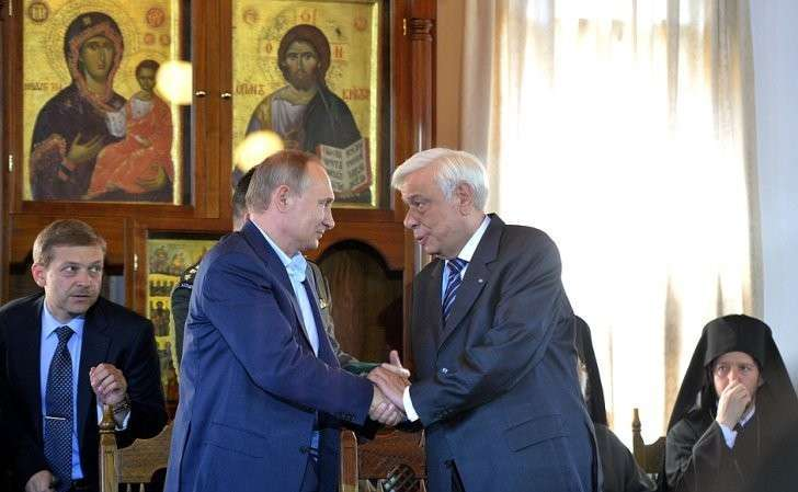 СПрезидентом Греции Прокописом Павлопулосом вовремя встречи счленами Священного Кинота.