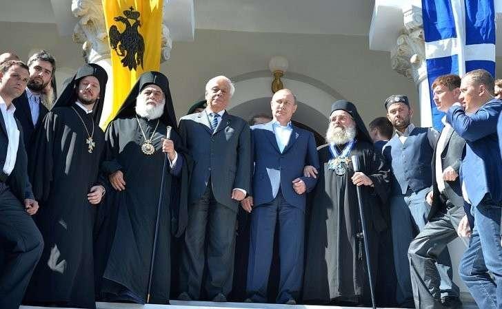 СПрезидентом Греции Прокописом Павлопулосом (слева) ипротоэпистатом Святой Горы отцом Павлом (справа).