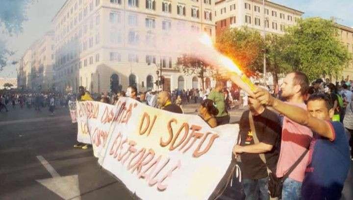 Тысячи итальянцев забросали яйцами посольство ФРГ и немецкие банки