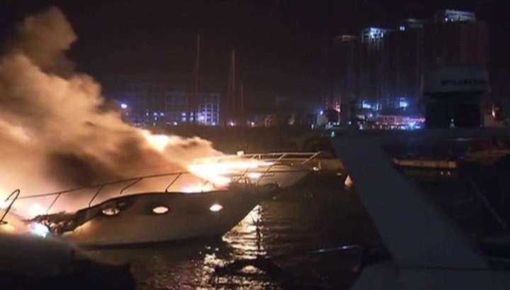 Люксовая яхта, несколько катеров и лодок сгорели в порту Алжира