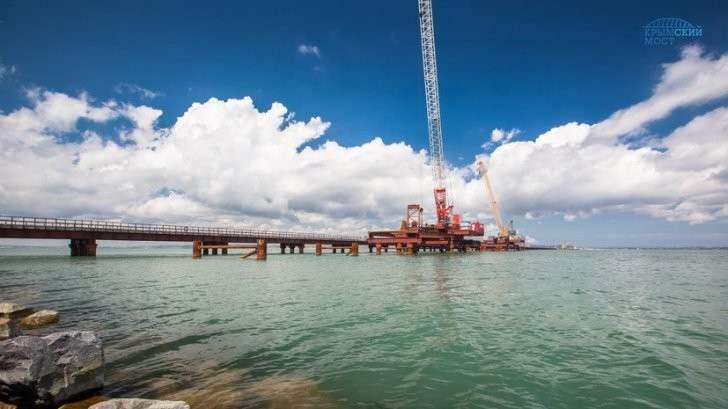 Строители забили более 1 тыс. свай в основание Крымского моста