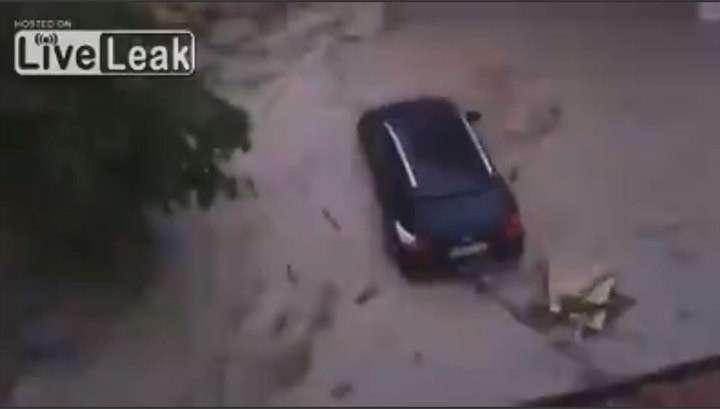 Наводнение в Германии: потоки воды смывают с улиц автомобили