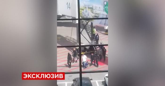 Очевидцы сняли в аэропорту Шереметьево задержанного мэра Владивостока