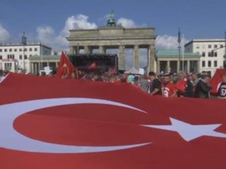 Тысячи людей осадили консульство Германии в Стамбуле после признания геноцида армян