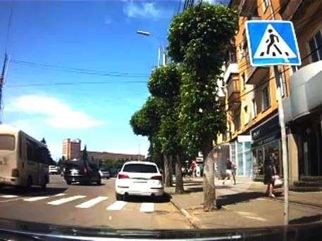 В Рязани истеричная автомобилистка избила девушку на пешеходном переходе