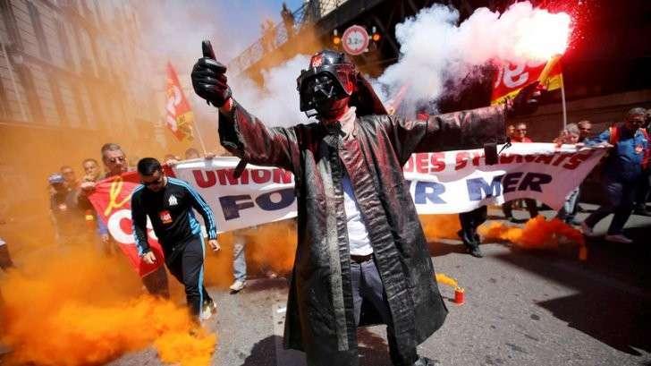Кто и зачем митингует на улицах Парижа