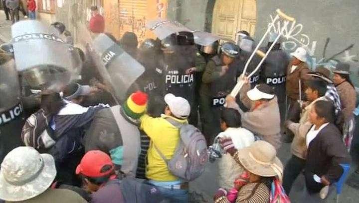 В Боливии полиция дубинками и газом разогнала митингующих инвалидов