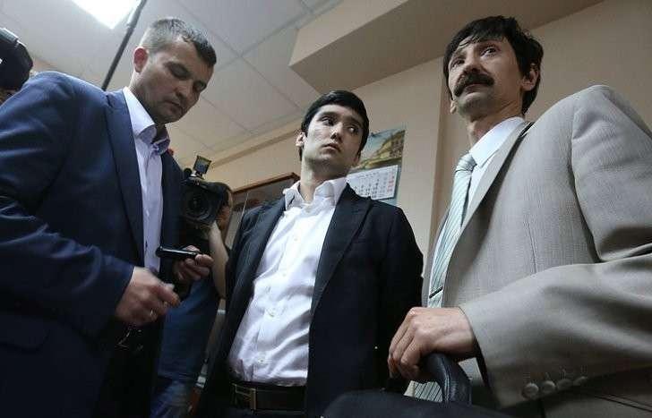 Руслан Шамсуаров (в центре) с адвокатами