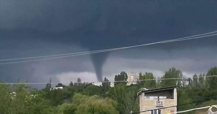 Жители Феодосии сняли на видео смерч
